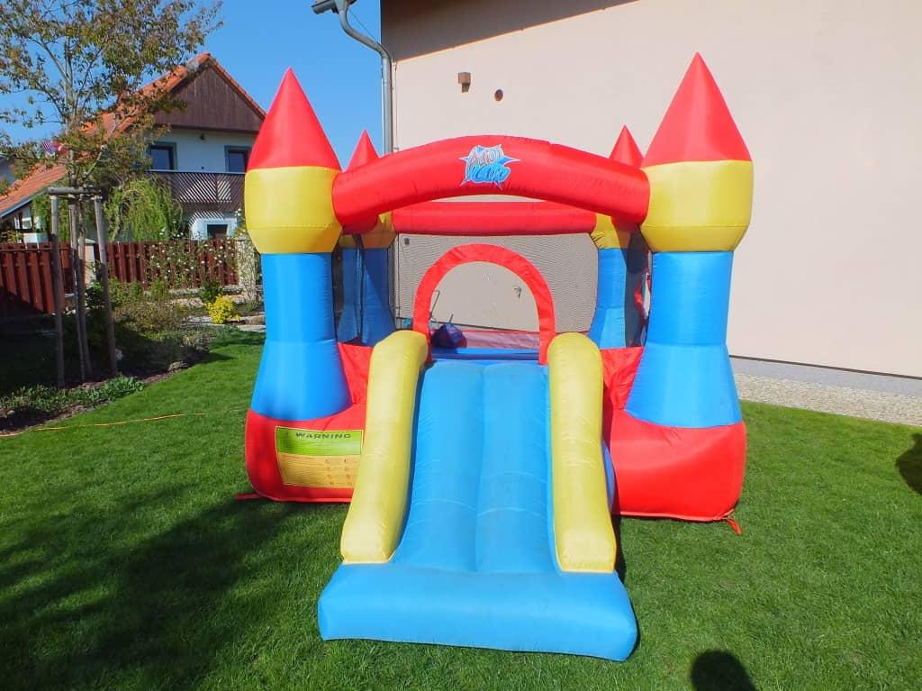 Malý skákací hrad pro děti na pronájem